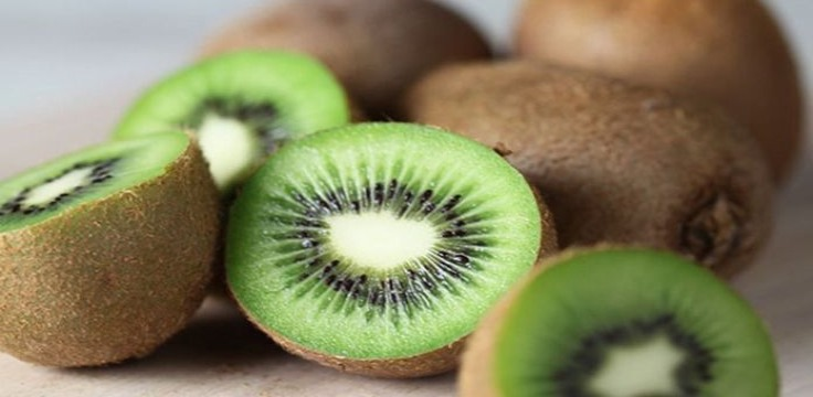 sliced and whole kiwifruits on the floor / kiwifruit could relieve constipation