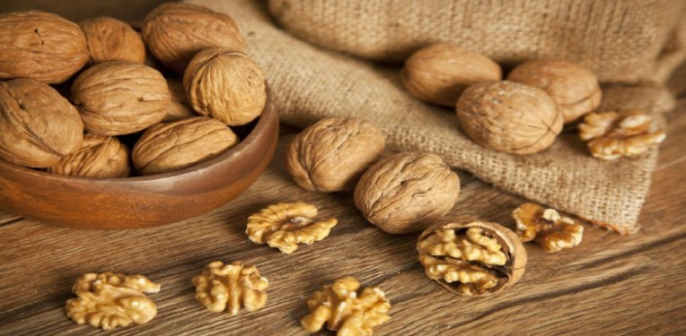 Walnuts are on the table / walnuts can cause heartburn